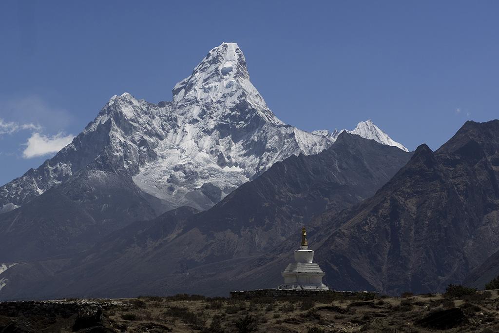 Ama Dablam mit Stupa in der Naehe von Khumjung, Everest Komfort Trekking, 27. April - 13. Mai 2017 © Valerie Chetelat