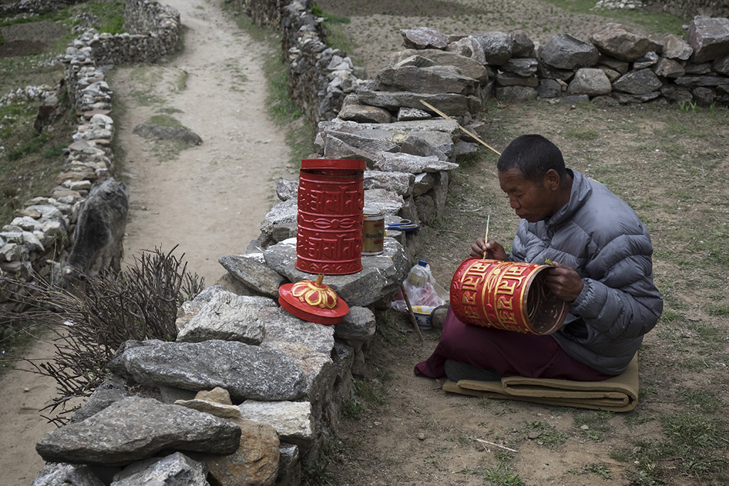 Moench bemalt eine Gebetsmuehle, Weg nach Thame, Everest Komfort Trekking, 27. April - 13. Mai 2017 © Valerie Chetelat