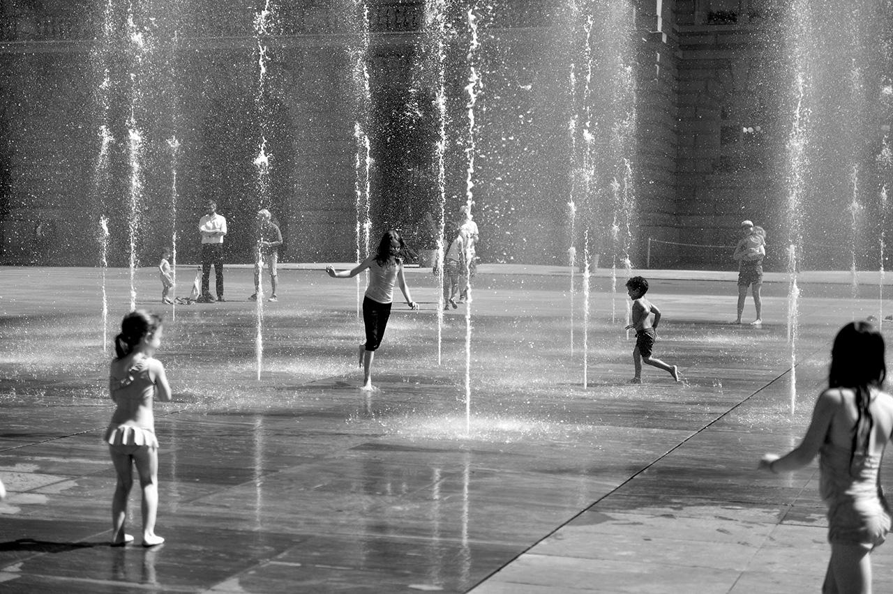 Wasserspiel auf dem Bundesplatz, Bern © Valerie Chetelat